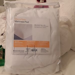 ROOM ESSENTIALS XL TWIN MICROFIBER MATTRESS PAD